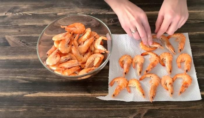 Креветки необходимо разморозить, желательно естественным способом / Фото: youtube.com