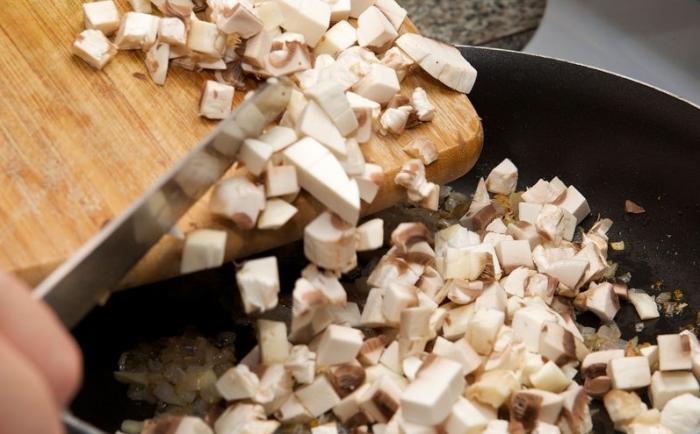 Грибы с луком обжариваются на другой сковороде / Фото: povar.ru