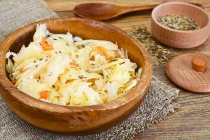 Из квашеной капусты с тмином получаются невероятно вкусные салаты, щи и солянки / Фото: brovarnya-rivne.com