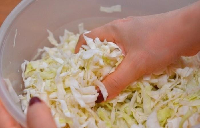 Тщательно перемешиваем капусту с солью до обильного сокоотделения / Фото: mirpovara.ru