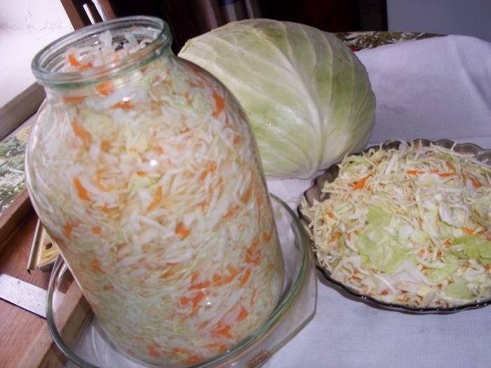 Плотно утрамбовываем капусту в трехлитровую банку и оставляем в блюде с высокими бортиками на 3 дня в тепле / Фото: taisiafilippova.blogspot.com