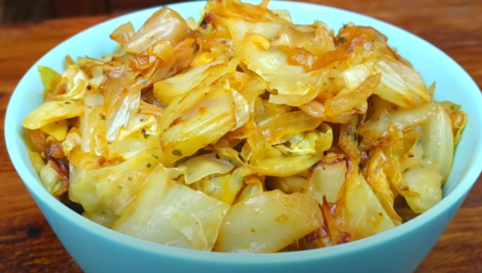 Гарнир из капусты подходит для мясных, рыбных и блюд из мяса птицы / Фото: youtube.com