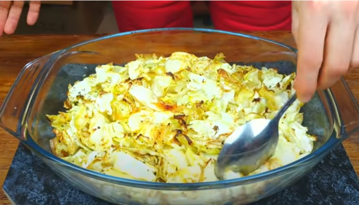 Через 20 минут капусту следует перемешать, чтобы блюдо пропеклось равномерно / Фото: youtube.com