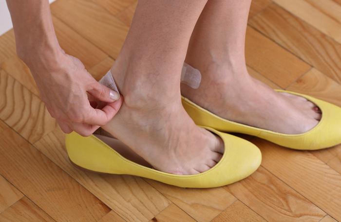 Зачастую только купленная обувь тесная, давит или натирает ноги, в связи с чем возникают дискомфорт, болевые ощущения / Фото: beshbel.livejournal.com