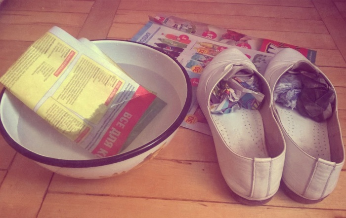 Некоторые, чтобы растянуть обувь, предпочитают вкладывать внутрь мокрые газеты, но это не всегда работает / Фото: domznatok.ru