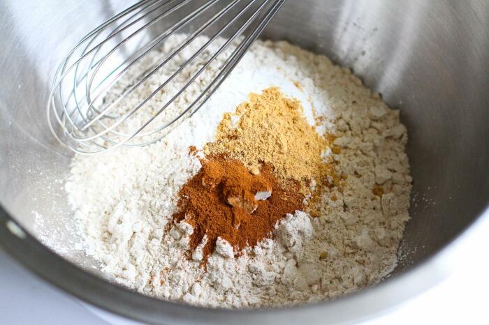 Муку следует смешать со специями и солью и добавить к картофелю / Фото: legkovmeste.ru