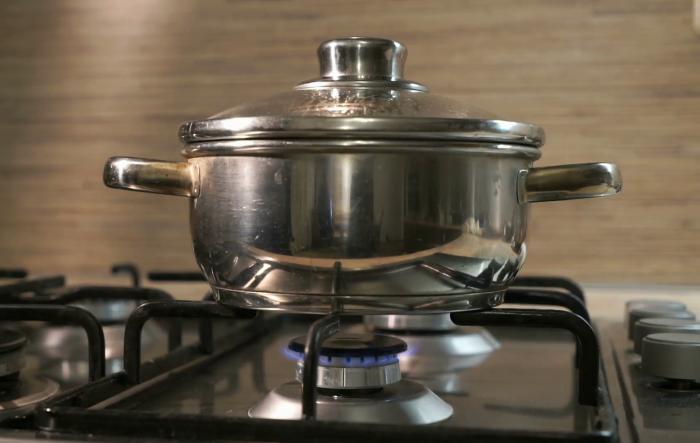Одним из способов избежать пригорания пищи является готовка на маленьком огне / Фото: posudaguide.ru