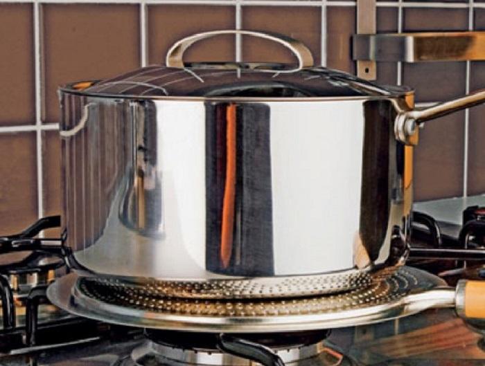 Такое незамысловатое устройство обеспечит равномерное приготовление пищи и минимизирует риск ее пригорания / Фото: ikvis.ee