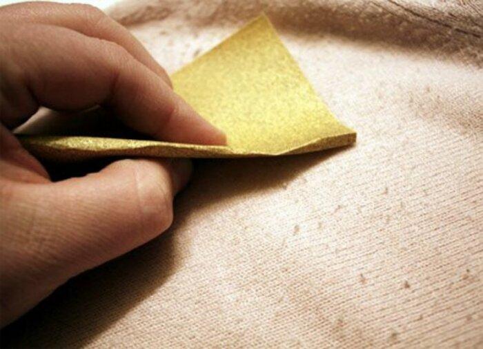 Результат от чистки наждачкой, как показывает практика, не очень, хотя катышков и становится немного меньше / Фото: bobvila.com