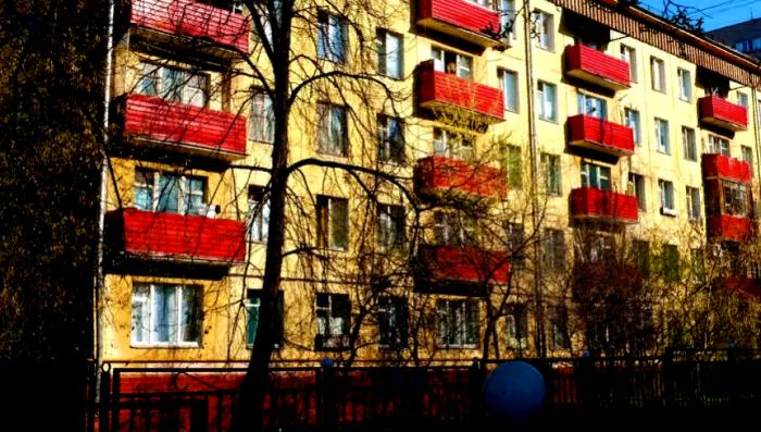 Изначально были спроектированы четырехэтажные дома, потом им на смену пришли пятиэтажные здания / Фото: sm-news.ru