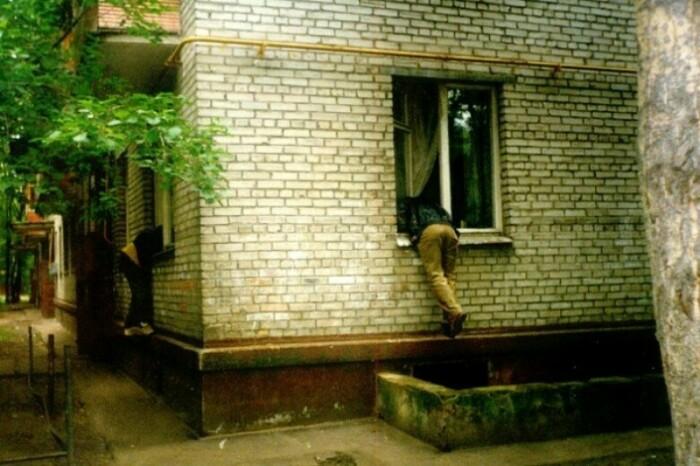Из-за низкого расположения квартир на первых этажах ворам забраться в квартиру не составляло труда / Фото: gorod60.ru