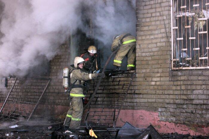 Проектировщики в СССР были уверены, что в случае пожара жильцам первых этажей куда проще было покинуть квартиры через окно / Фото: ijevsk.bezformata.com