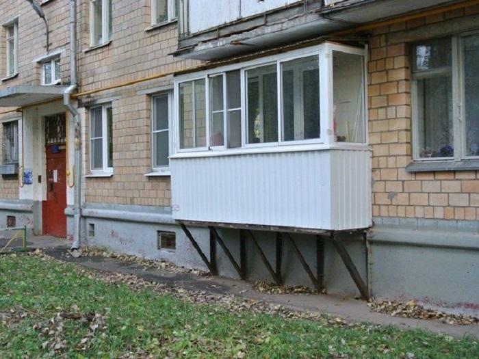 Те жильцы, кто балкон все же хотел иметь, вполне могли достроить его себе сами / Фото: skbalkon.ru