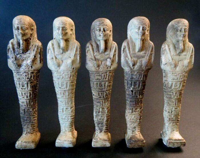 Фараон отправлялся в царство мертвых в сопровождении ушебти, эти статуэтки там должны были ожить и стать слугами их господина / Фото: mif-mira.ru