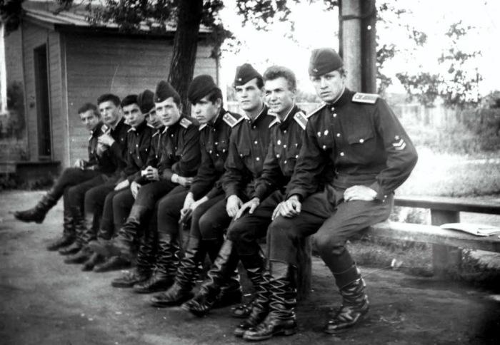 Кирзовые сапоги - неотъемлемая часть солдатской службы / Фото: aviaforum.ru