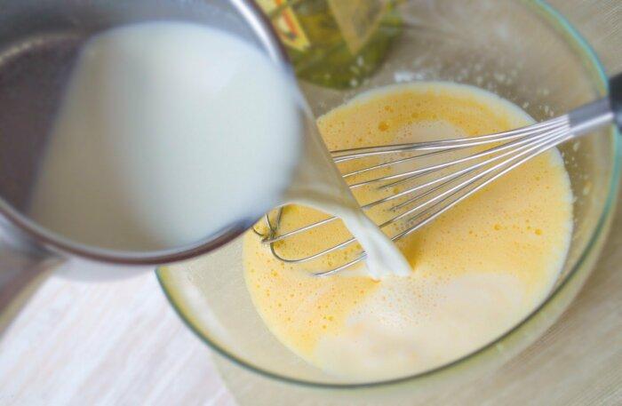 В смесь взбитых яиц, молока и лука добавляется нарезанный ранее хлеб / Фото: nabliny.ru