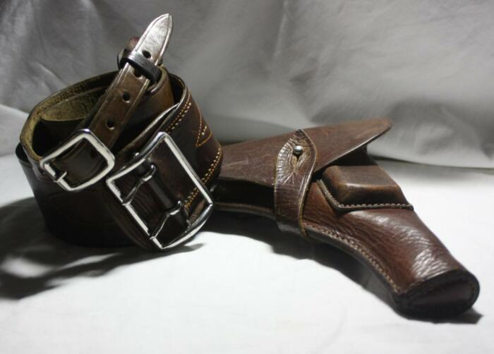У офицеров не слишком высоких званий вместо привычной кобуры появился образец нового формата типа «Сэм Браун» / Фото: guns.allzip.org
