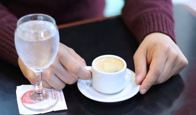 Вода очищает рецепторы, позволяя наслаждаться каждым глотком кофе / Фото: konditerdom.ru