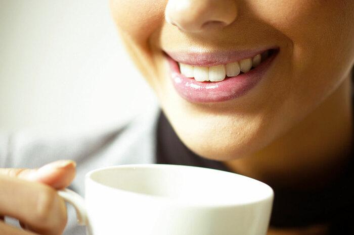 При употреблении воды после каждого глотка кофе, пигмент не успеет впитаться в зубную эмаль / Фото: about-tea.ru