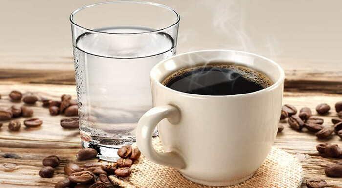 Вместо растворимого кофе лучше выпить воды, тогда спать перехочется / Фото: mirabilis.pp.ru
