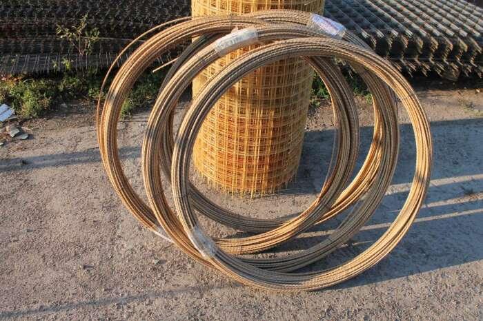 Композитная арматура гораздо легче стальной, может иметь любую длину, экономична благодаря отсутствию обрезков / Фото: stroymag.ua