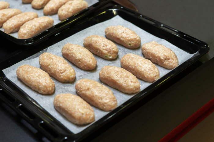 Из приготовленного фарша получится четырнадцать котлет, теперь их необходимо обвалять в панировочных сухарях / Фото: bonappeti.boltai.com