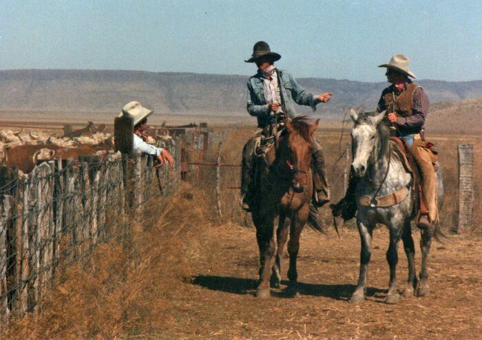 В повседневной жизни ковбои набрасывали платок на грудь, завязав на спине узлом / Фото: pinterest.ru