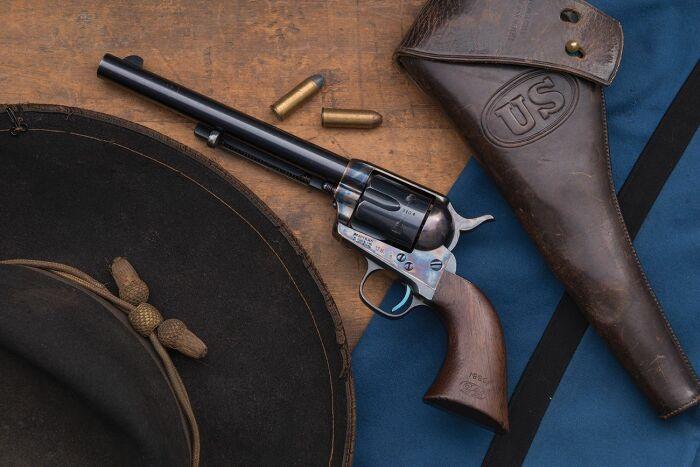 В 19 столетии ковбои пользовались револьверами без предохранителей / Фото: api.rockislandauction.com