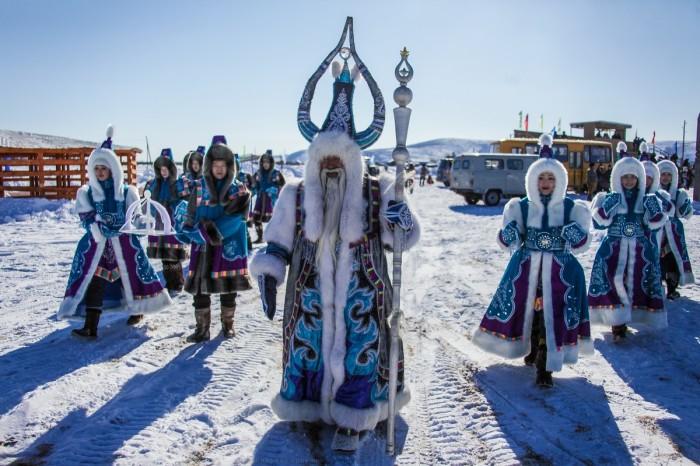 Ежегодно в поселке проходит фестиваль с участием Деда Мороза / Фото: regnum.ru