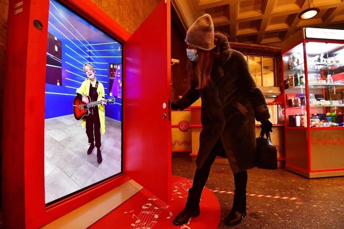 На мониторе появляется музыкант, который после поздравления с Новым годом исполнит песню / Фото: news.myseldon.com