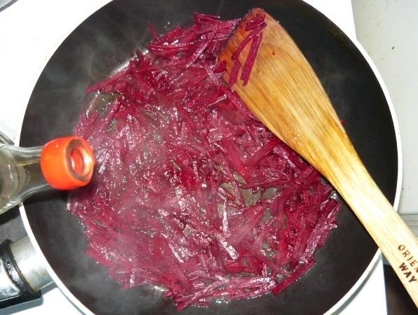Зажарка делается по классическому рецепту, в нее добавляется немного уксуса / Фото: shate.ru