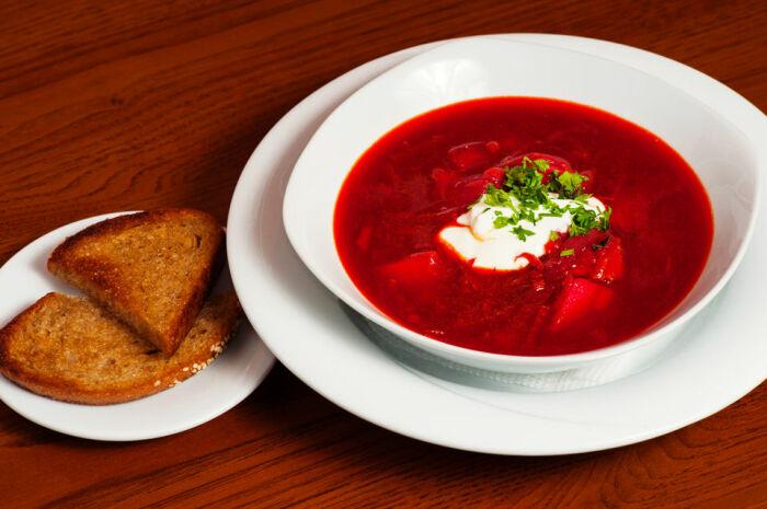 Полученная окрашенная жидкость добавляется в основное блюдо, получается насыщенный красный цвет / Фото: attuale.ru