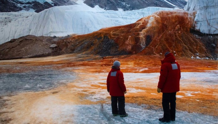 Ученые выяснили, что красный цвет воды обусловлен высоким содержанием железа / Фото: pbssocal.org