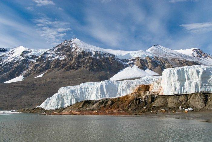 Уникальный ледник, кровавый водопад, необычное озеро, да и в целом материк остаются недостаточно изученными из-за недостатка финансирования / Фото: poleteli.ru