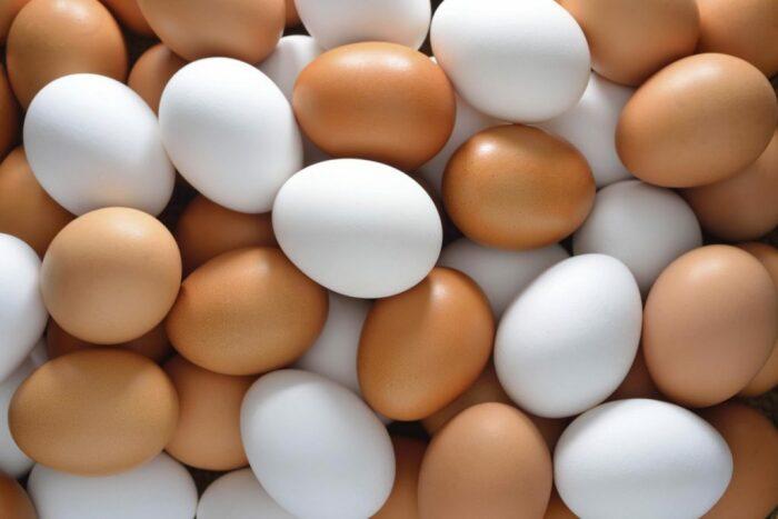 На полках магазинов можно найти яйца на любой вкус: белые и коричневые, крупные и мелкие, диетические и столовые / Фото: mсв.lifter.com.ua