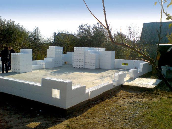 Стены из пенопласта возводятся на ровной площадке с облегченным свайным фундаментом / Фото: dekormyhome.ru