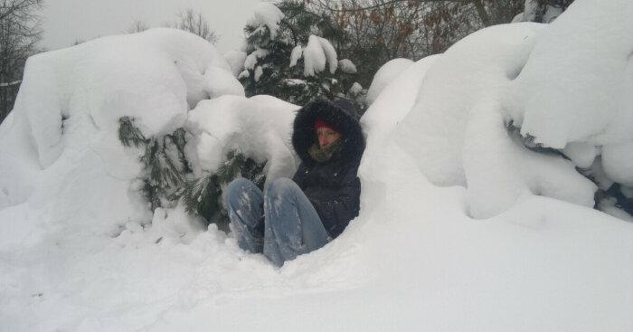 Чтобы утеплиться, можно набросать в яму ветки растений / Фото: yartsevo.readovka67.ru