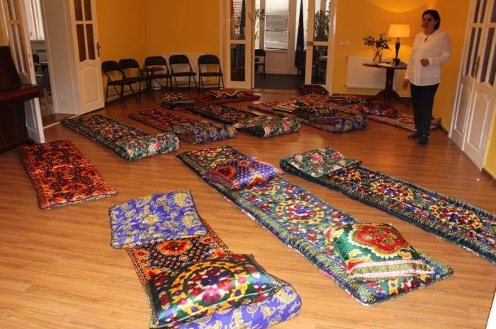 Курпачами называют в Узбекистане матрасы, на которых ночью спят, а днем отдыхают или принимают пищу / Фото: news.taj.su