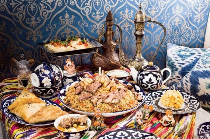 Даже в ресторанах плов едят руками, ложки приносят лишь по просьбе гостей / Фото: avenuecalgary.com