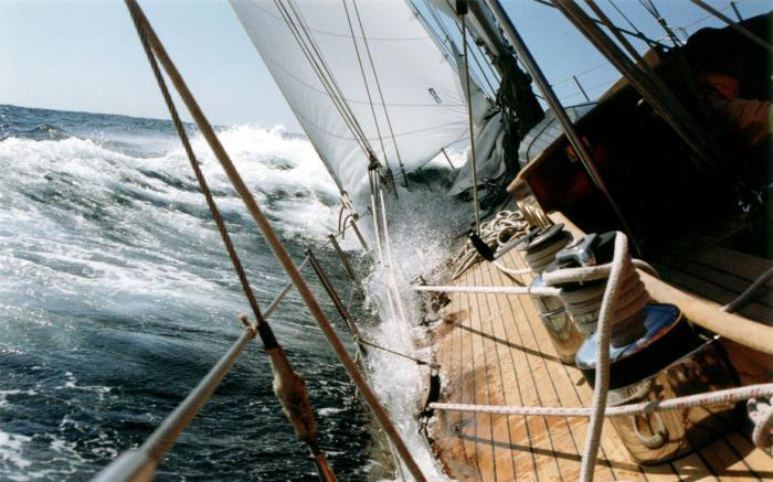 Попав в такие волны, корабль может попросту перевернуться / Фото: mota.ru
