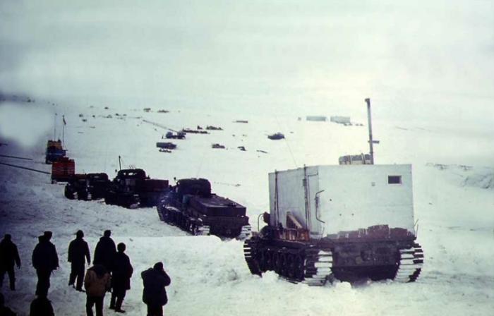 Для реализации ускоренного строительства внутри льда была направлена спецтехника / Фото: arktic-taini.mirtesen.ru