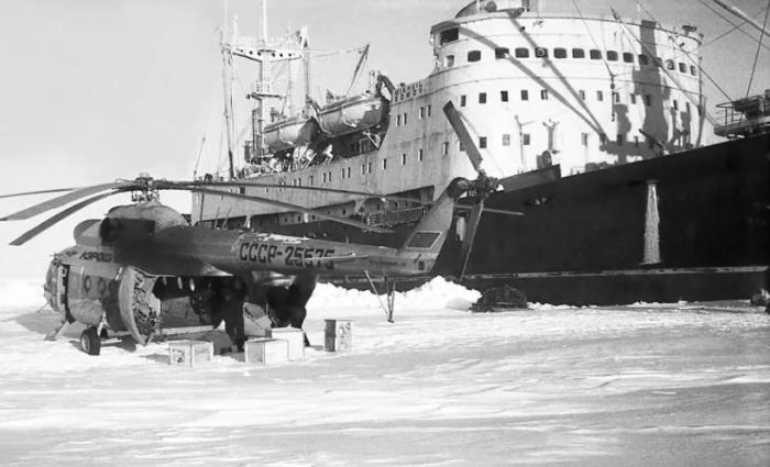 К прибрежной станции Мирный были направлены спецсуда с особым грузом / Фото: risk.ru