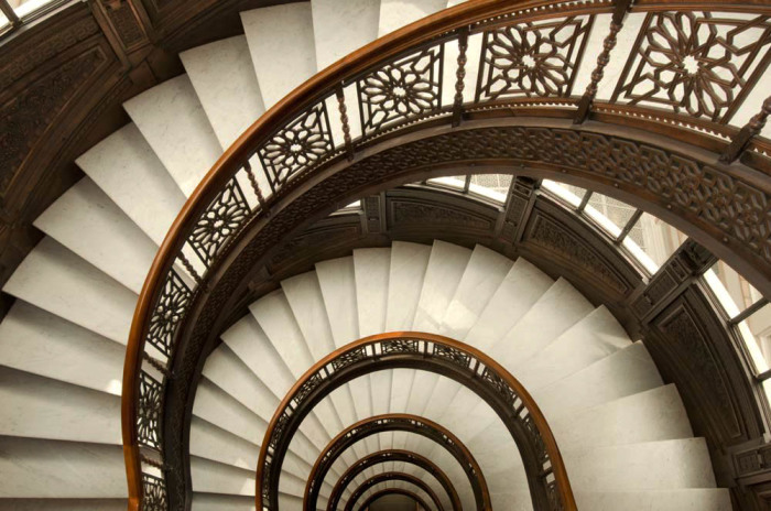 В Средневековье лестницы делали закручивающимися / Фото: previewchicago.com