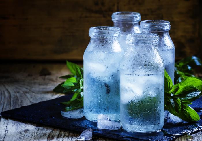 Всегда в жару иметь под рукой бутылочку холодной воды можно и без использования термосумки / Фото: lowcarbprogram.com