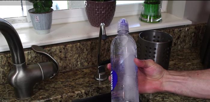 Перед тем, как выходить из дома, или отправляться в поездку, в бутылку со льдом необходимо долить напиток / Фото: locals.md