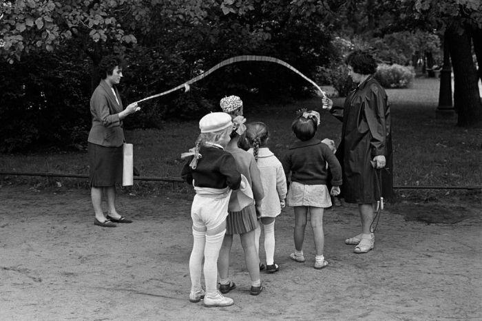 Девочкам было сложно спрятать подтяжки с чулками под коротеньким платьицем / Фото: in.pinterest.com