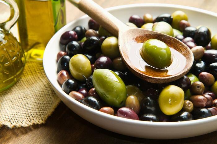 Специалисты утверждают, что производственная обработка плодов оливы безвредна, однако лучше отдавать предпочтение продукту не черного цвета и в светлом рассоле / Фото: shkolazhizni.ru