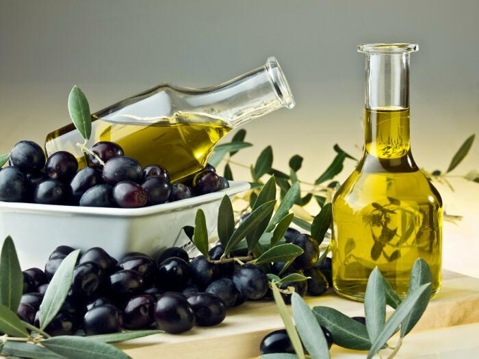 Плоды оливы не только употребляют в пищу как закуску, но и используют как сырье для производства полезного оливкового масла / Фото: ivetta.ua