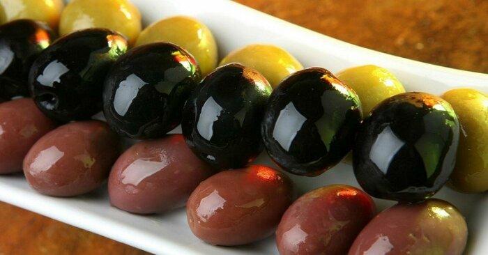 Зеленые оливки сырыми не едят, так как они отдают сильной горечью / Фото: meduzhastiki.ru