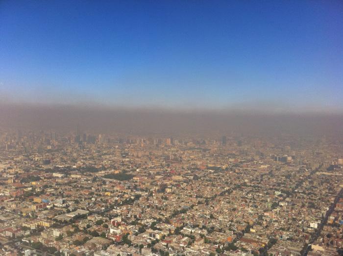 Над современным Мехико висит облако пыли и грязи, которым некуда уйти из долины / Фото: keywordbasket.com